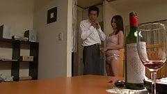 Сексуальные японские шлюхи становятся действительно шаловливыми в гостиной
