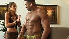 Muskelgeiles Babe steht auf Muskeln mit Hammer Schwanz