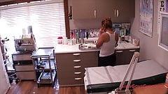 Maria записывается на исследование оргазма в клинике доктора Tampa