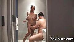 Schlampe im Badezimmer gefickt