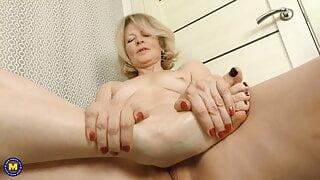 Mature mom addicted to foot fetish