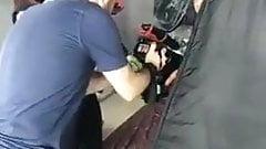 Łysy kulturysta opalony sprayem