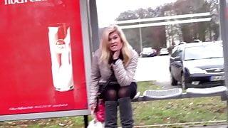 Marina Montana an der Bushaltestelle aufgegabelt