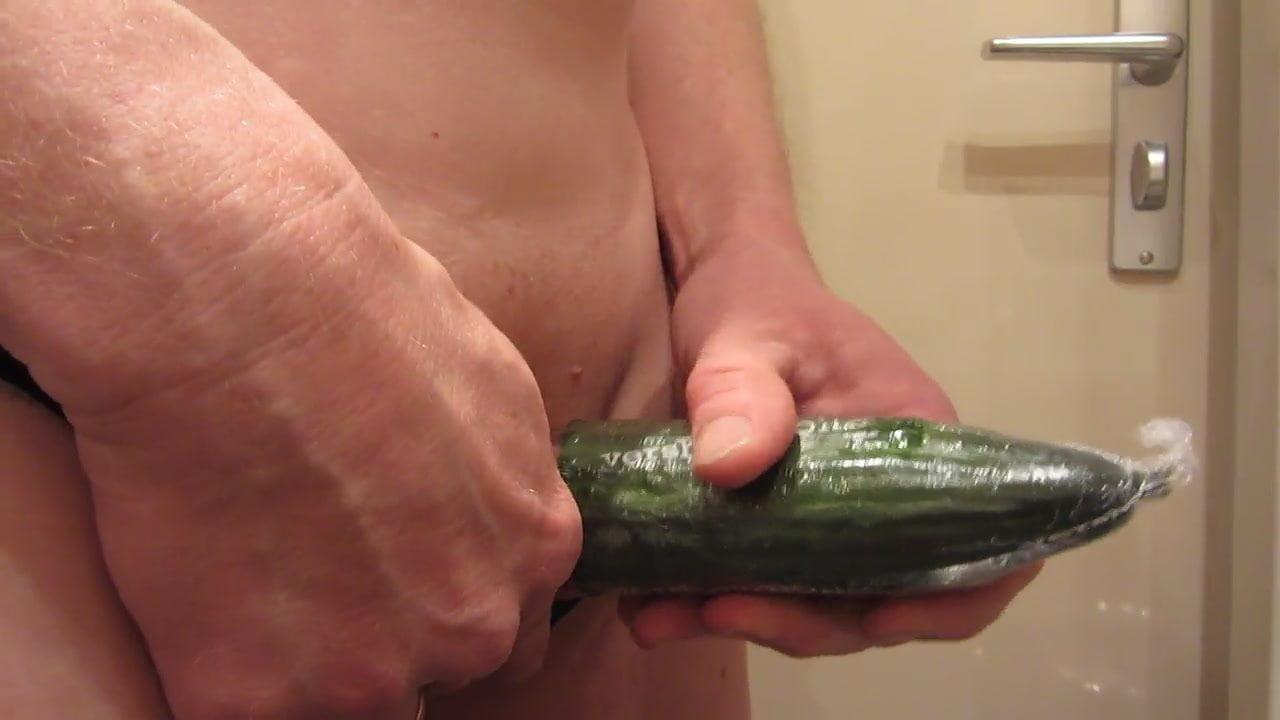Amateur guy fucks ass with cucumber