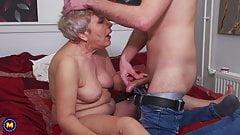 Mamie prend une jeune bite