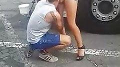 Une MILF se fait manger dans un parking