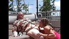 Anciano recibe una mamada de una joven sedienta de semen