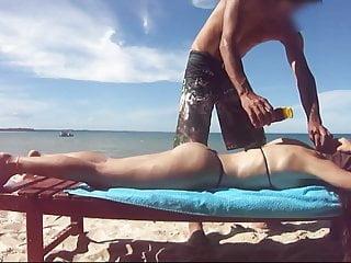 Bdsm com Fiestacasaldf na praia com microbiquini ganhando bronzeador