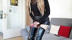 Rubia sexy en micro falda de cuero y botas altas
