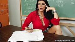 Шаловливая американская учительница Romi Rain трахается на стуле