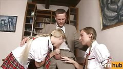 Симпатичные маленькие тинки трахают ее наставника