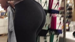 CUTE COLLEGE ASS IN YOGA PANTS LEGGINGS BLONDE. COMMENT!!