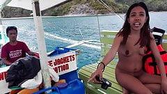 Филиппинская пара-нудистка .. Обнаженная прогулка на лодке