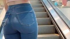 Preciosa adolescente de compras en el centro comercial