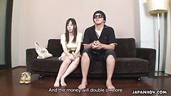 Он позволяет своей девушке трахнуться с случайным чуваком за деньги