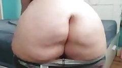 Mujer nalgona se exhibe metiendose un dildo en el ano
