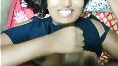 Swathi sacude la polla de su novio, paja y oral