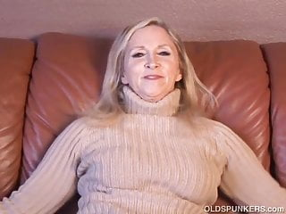 Super sexy android clip - Super sexy older lady plays with her juicy pussy for you