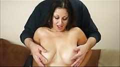 Сексуальная милфа трется маслом о ее сиськи ... вкусно