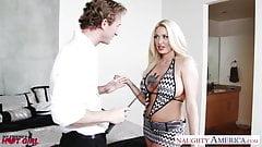 Горячей блондинке Summer Brielle кончили на лицо