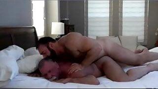 Brad Kalvo dandole duro a un abuelete