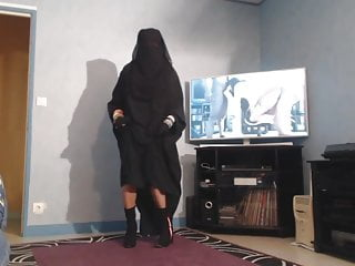 Cougar upskirt pantyhose Musulmane en niqab devoile ses grosses mamelles