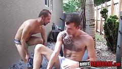 Возбужденные спортсмены сосут член и грубо дрочат задницу на улице