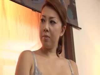 巨乳熟女妻の風間ゆみが息子を誘惑してチ○ポを咥え生ハメ顔射