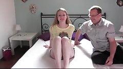 Schüchternes Teenie erstmals im Porno vor der Kamera