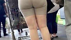 Идеальная лючка, круглая жопа, милфа в леггинсах, белая девушка с большой шикарной задницей с видимой линией трусиков