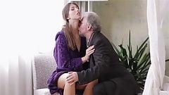 Молодая дама обожает трахаться со стариком (HD)