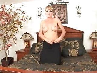 Makes herself gush cum - Brunette mom makes herself cum