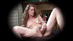 51-летняя американская бабушка Rachel трахает ее мохнатку