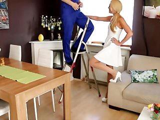 Sexy girls cum fac - Blonde baise dure avec l electricien et finis en gros fac