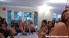 淫乱友人がパーティーでストリッパーをフェラ