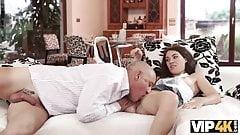 Старик использует шанс заняться сексом с нежным существом -