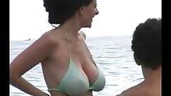 Горячая милфа в бикини на пляже