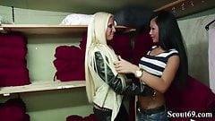 Zwei Freundinnen treiben es auf Arbeit und werden erwischt