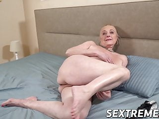 Cock housewifes love who - Creampie fuck session with a real old granny who loves cock