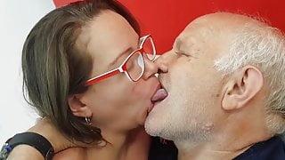 Un vieux et une jeune femme s'embrasse goulument