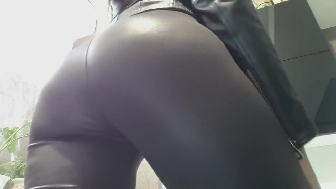Teen Showing Off Ass Leggings