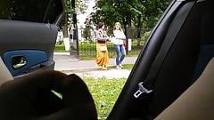 Pik knippert in auto, milf en tiener