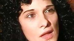 Lockig behaarte Ehefrau gibt leidenschaftlichen Blowjob
