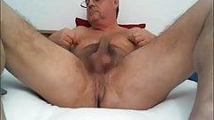 Papi caliente muestra su coño