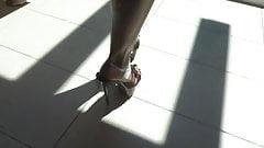 Freundin zeigt Ihre neuen High Heels