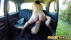 Фейковое такси, грязный водитель обожает трахать и лизать горячую тугую