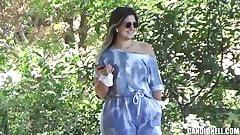 Белая девушка с большой шикарной задницей в синем