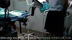 Chica tímida en el ecamen de un ginecólogo: orgasmo tormentoso