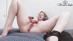 Горячая девушка чувственно трахает пальцами киску во время просмотра порно - соло