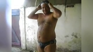Gordo Peludo Brasilero Se Bana En Sunga